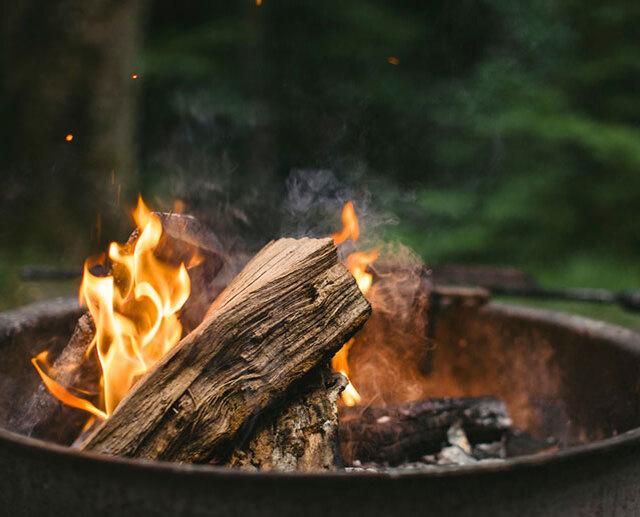 Terrasse chauffée et espace feux de camp